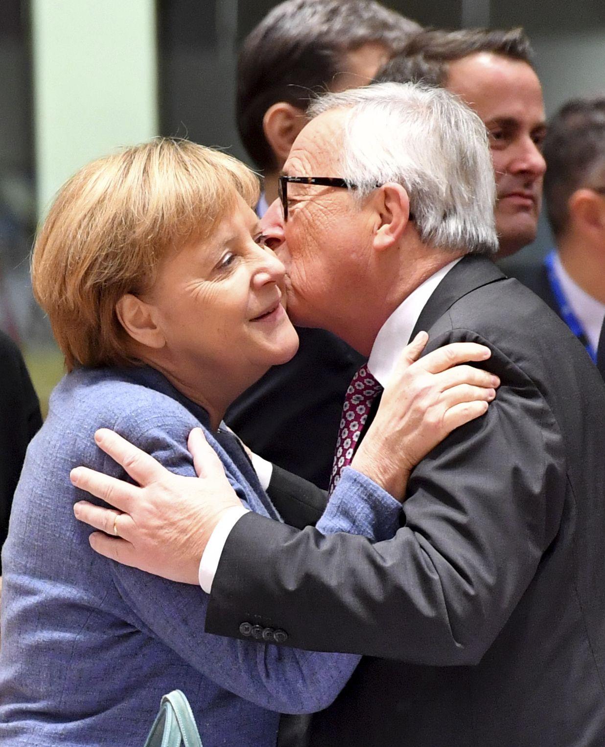 Жан-Клод Юнкер разцелува Ангела Меркел