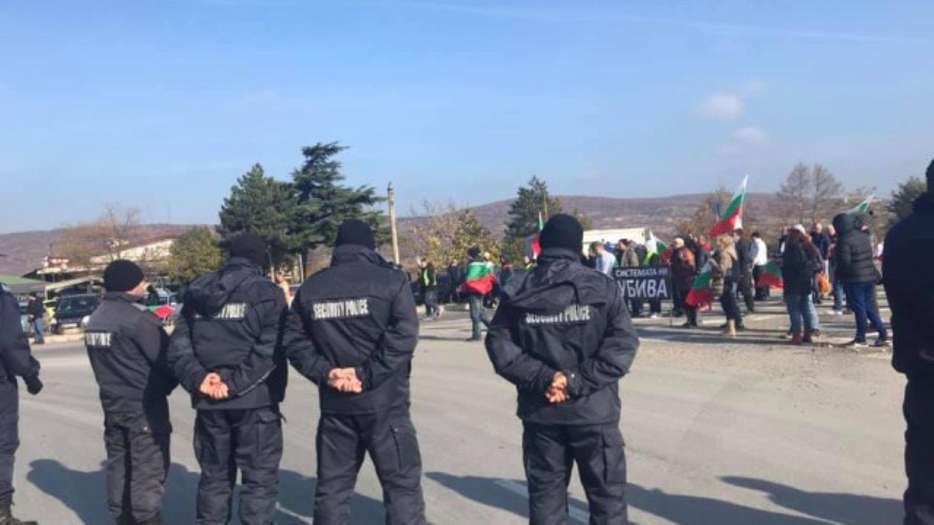 """Протестиращи блокираха Петолъчката, """"Хемус"""" и Е-79, но ги спряха на Кулата"""