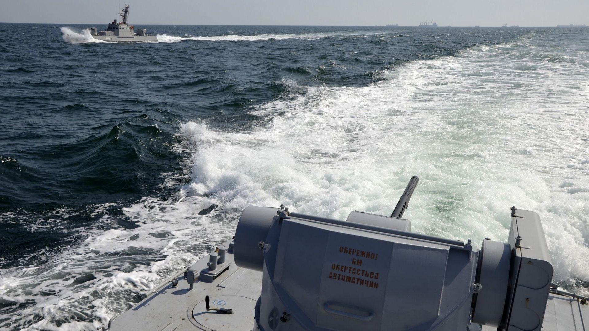Руски кораб откри огън по украински катери, има ранени