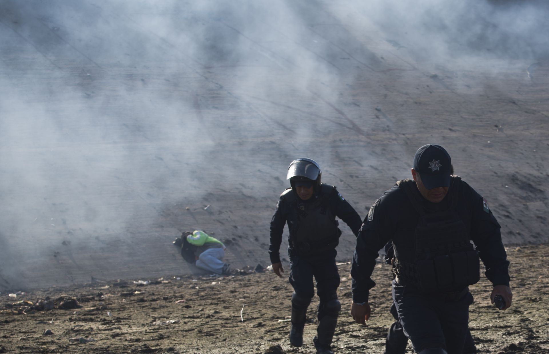 Около 500 мигранти от Централна Америка се опитаха вчера да си пробият със сила път към САЩ през граничния пункт Сан Исидро в Тихуана
