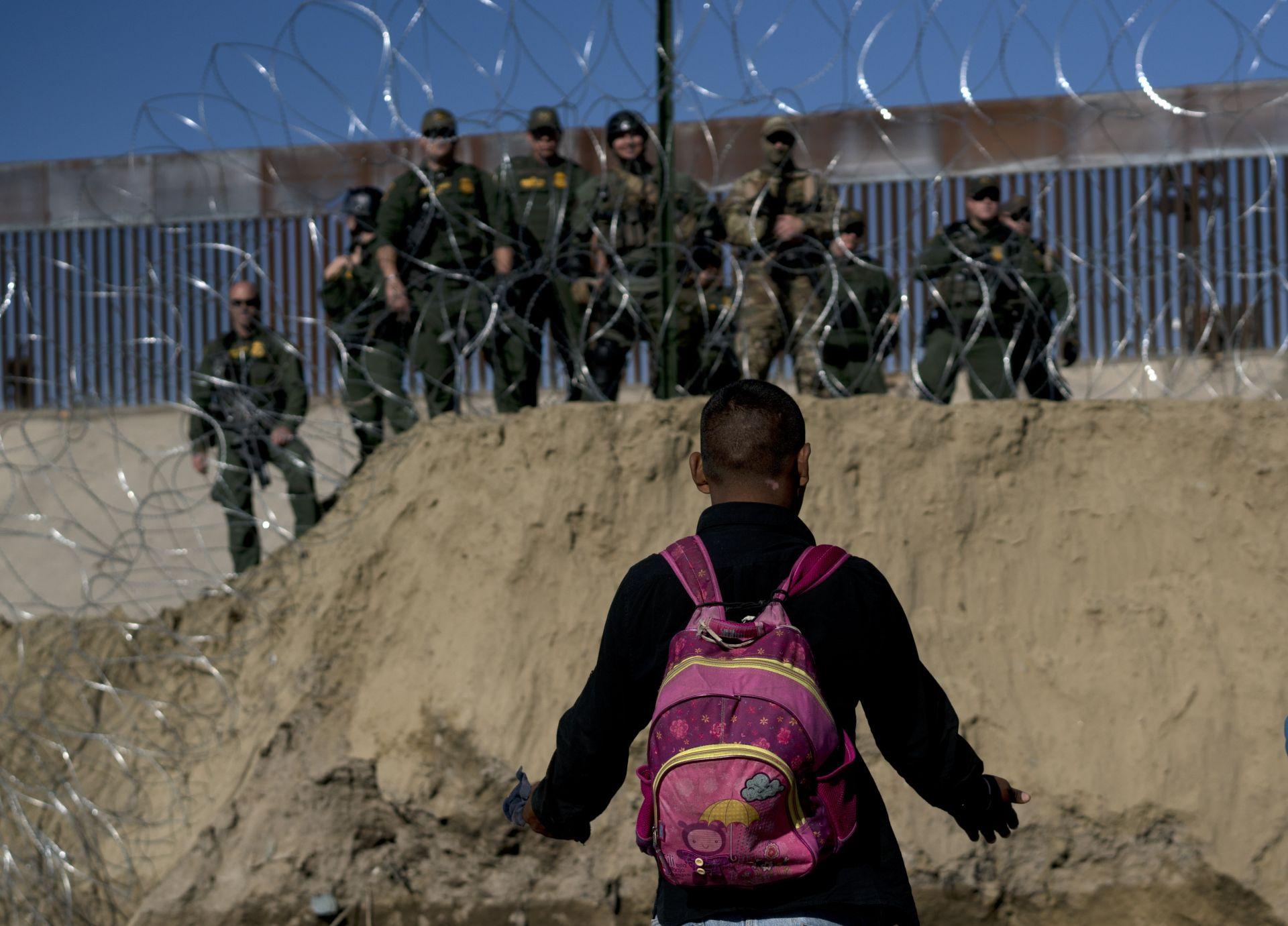 Един от големите пропускателни пунктове беше временно затворен след опит на имигранти да влязат в Съединените щати