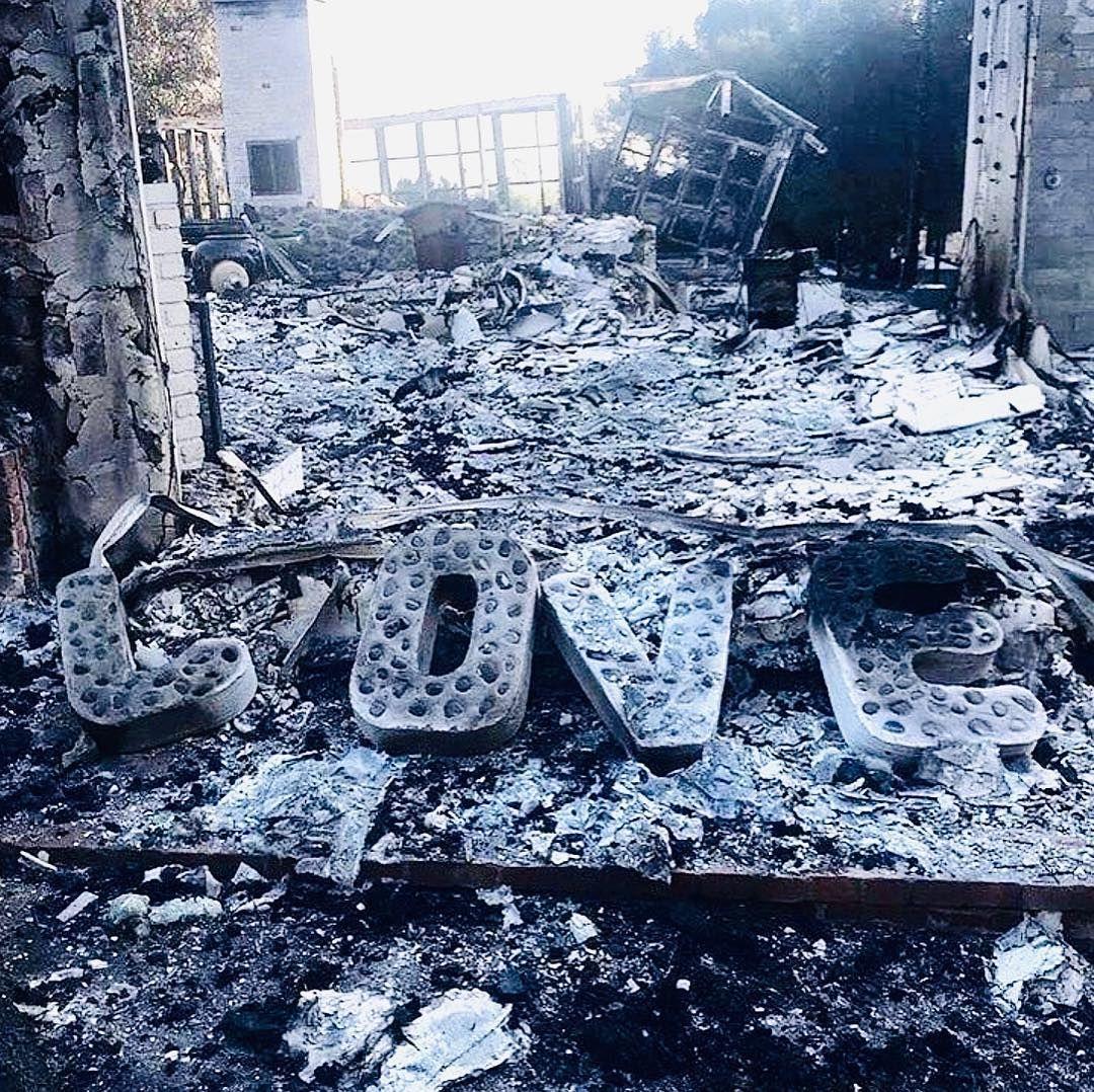Изгорелият дом на Майли и Лиъм в Калифорния