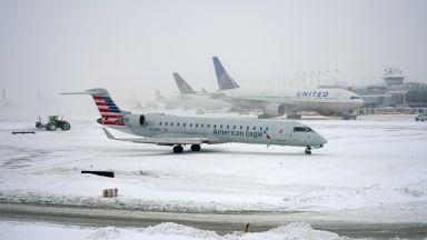 Снежни бури и виелици в САЩ, отменени са стотици полети