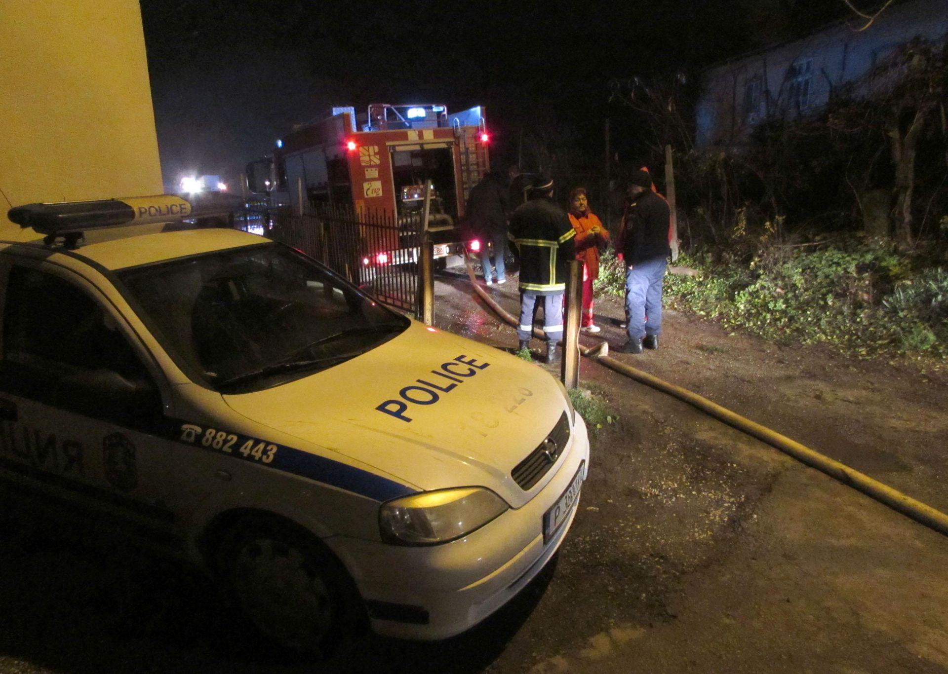 три екипа на пожарната са гасили пламъците