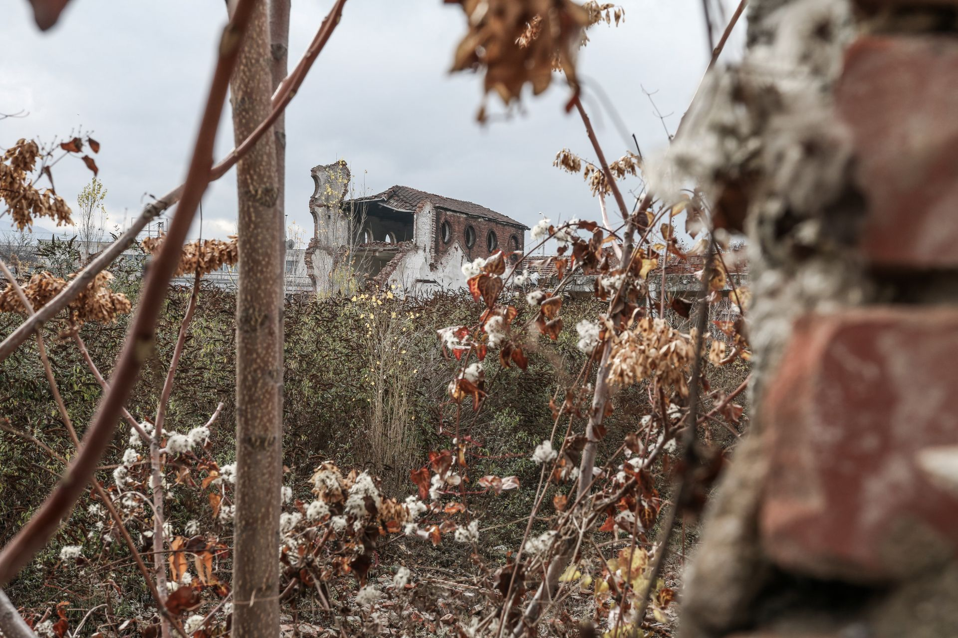 Сградата е оставена да се разруши от само себе си