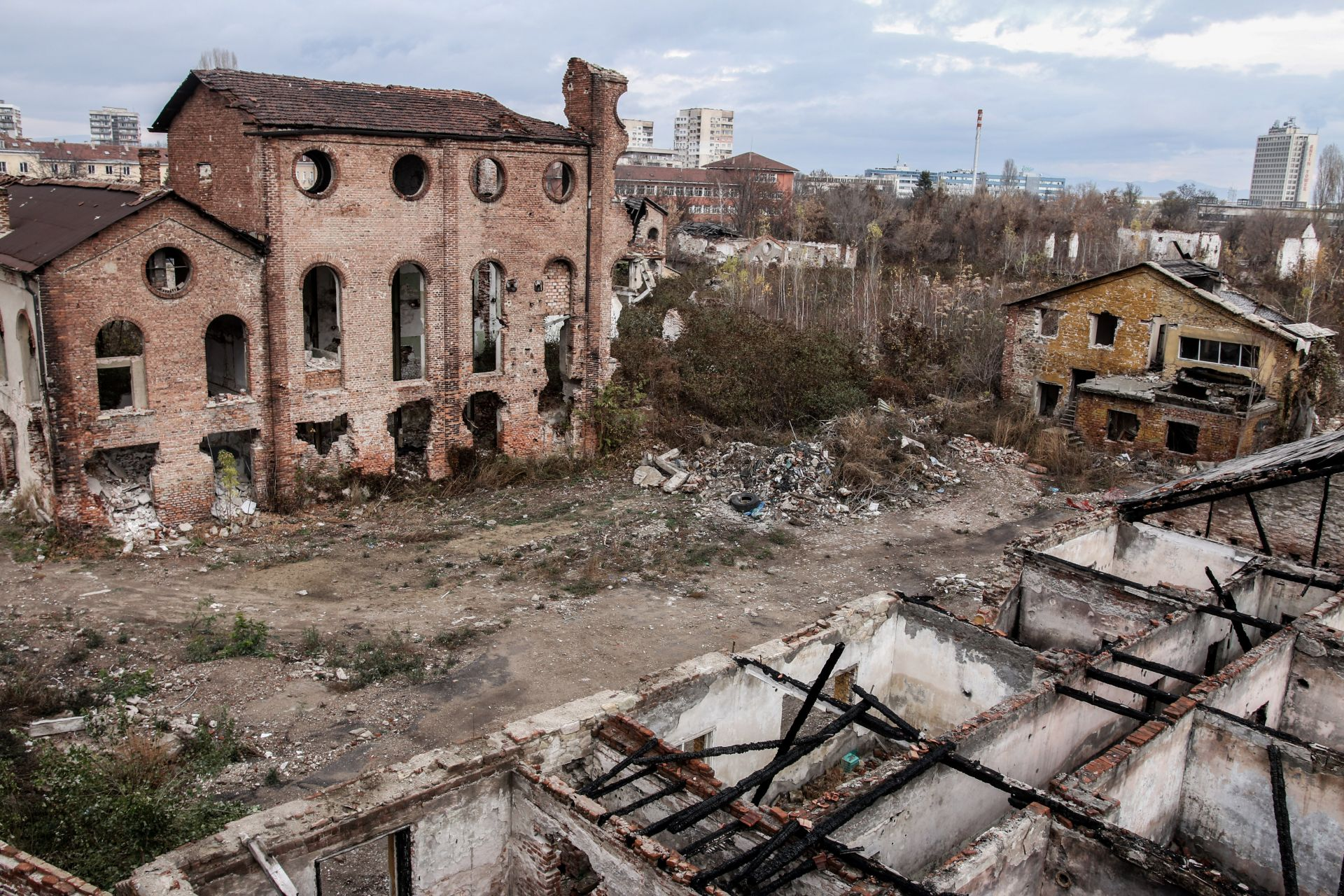 Десетилетия наред сградата е разграбвана