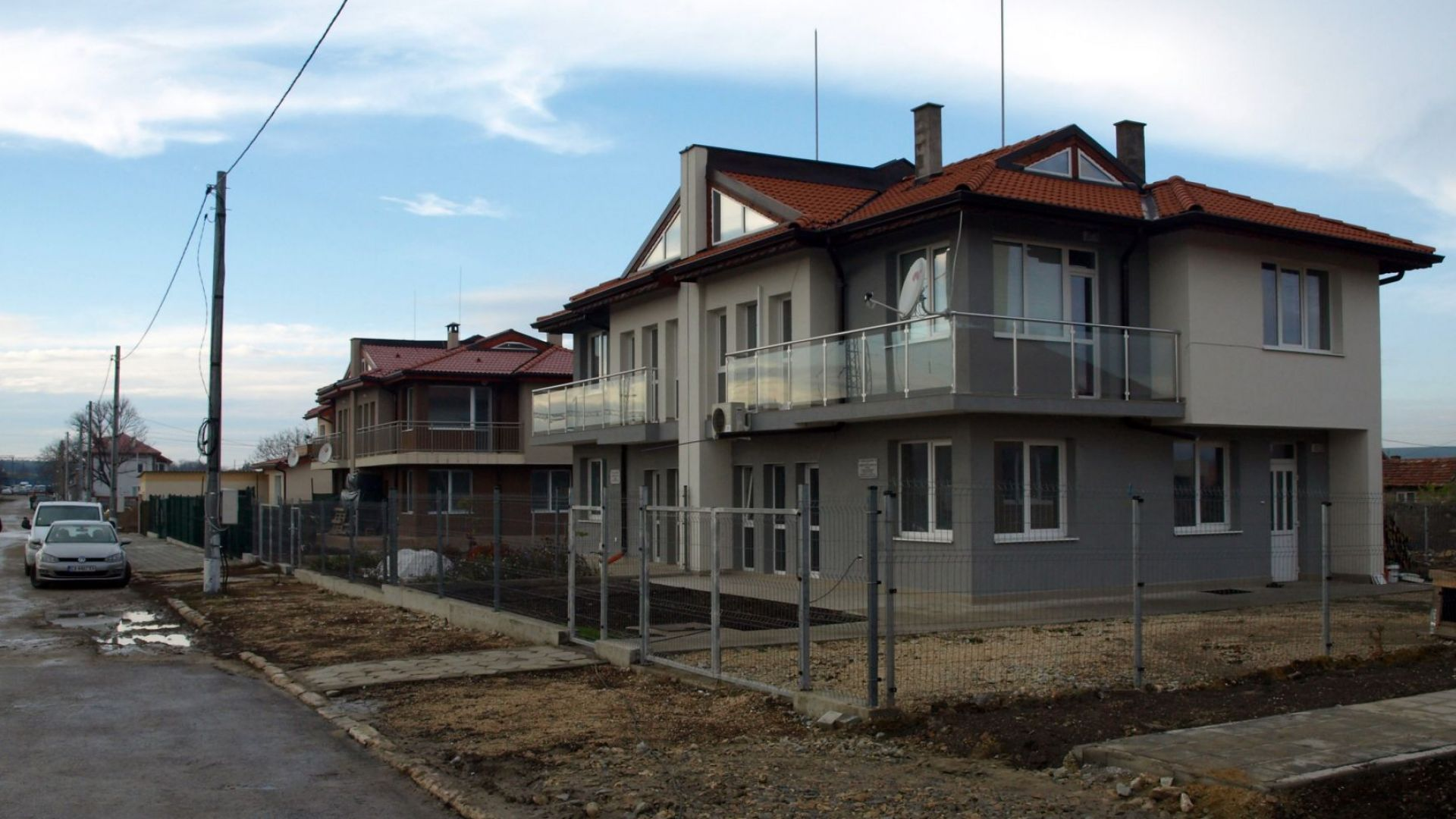 В Хитрино искат пари за дограма, слагана на полуразрушените къщи
