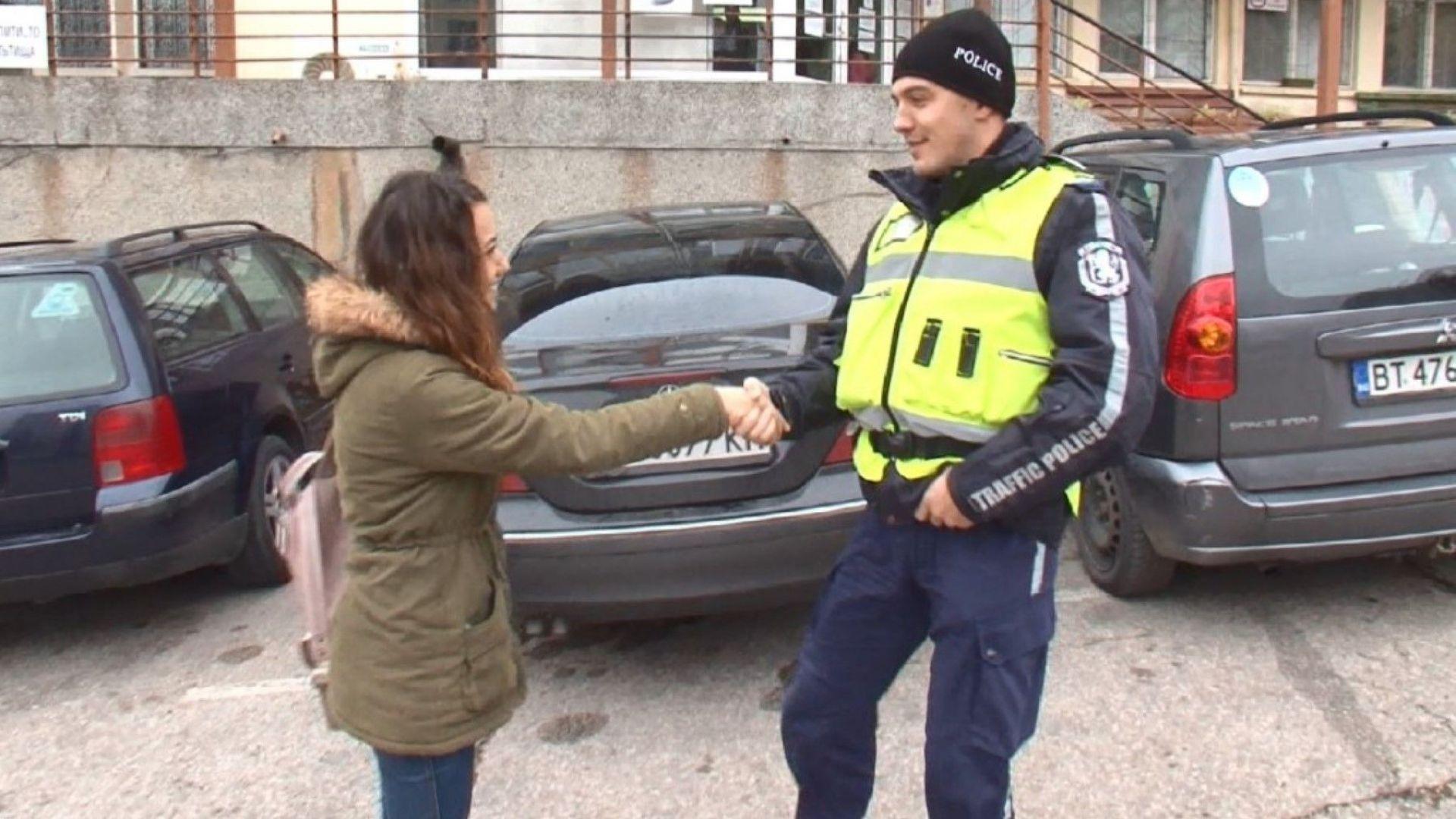 Пътен полицай от Велико Търново върна портмоне с 1000 лева и документи