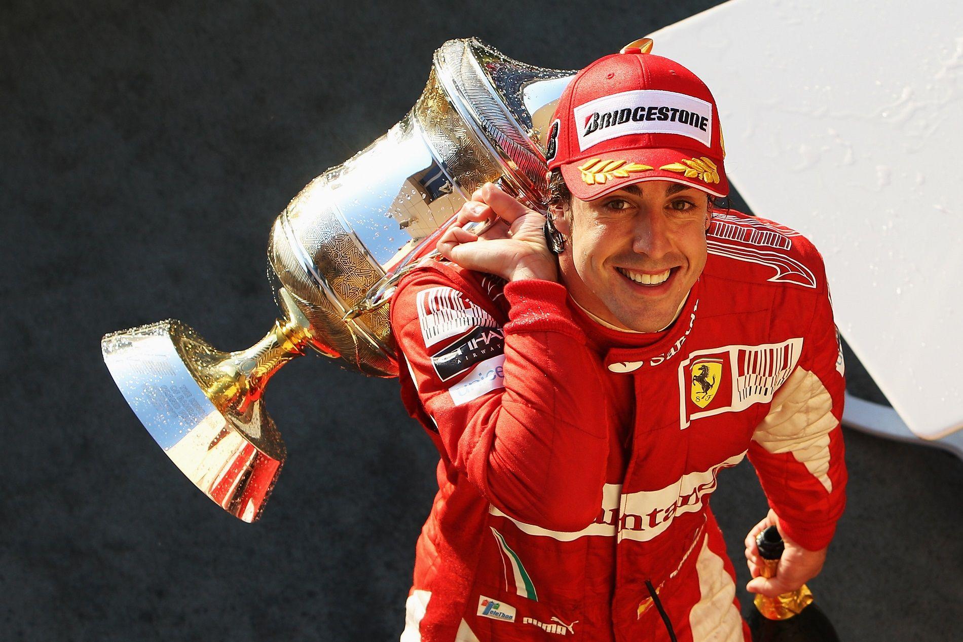Алонсо празнува спечелено състезание със Скудерията