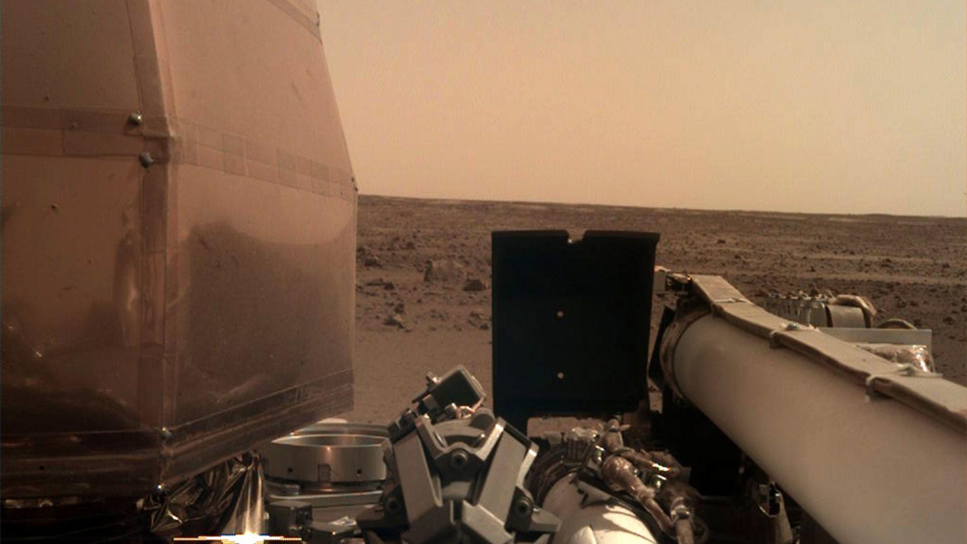 """Сондата """"ИнСайт"""" изпрати първата си детайлна снимка от Марс"""