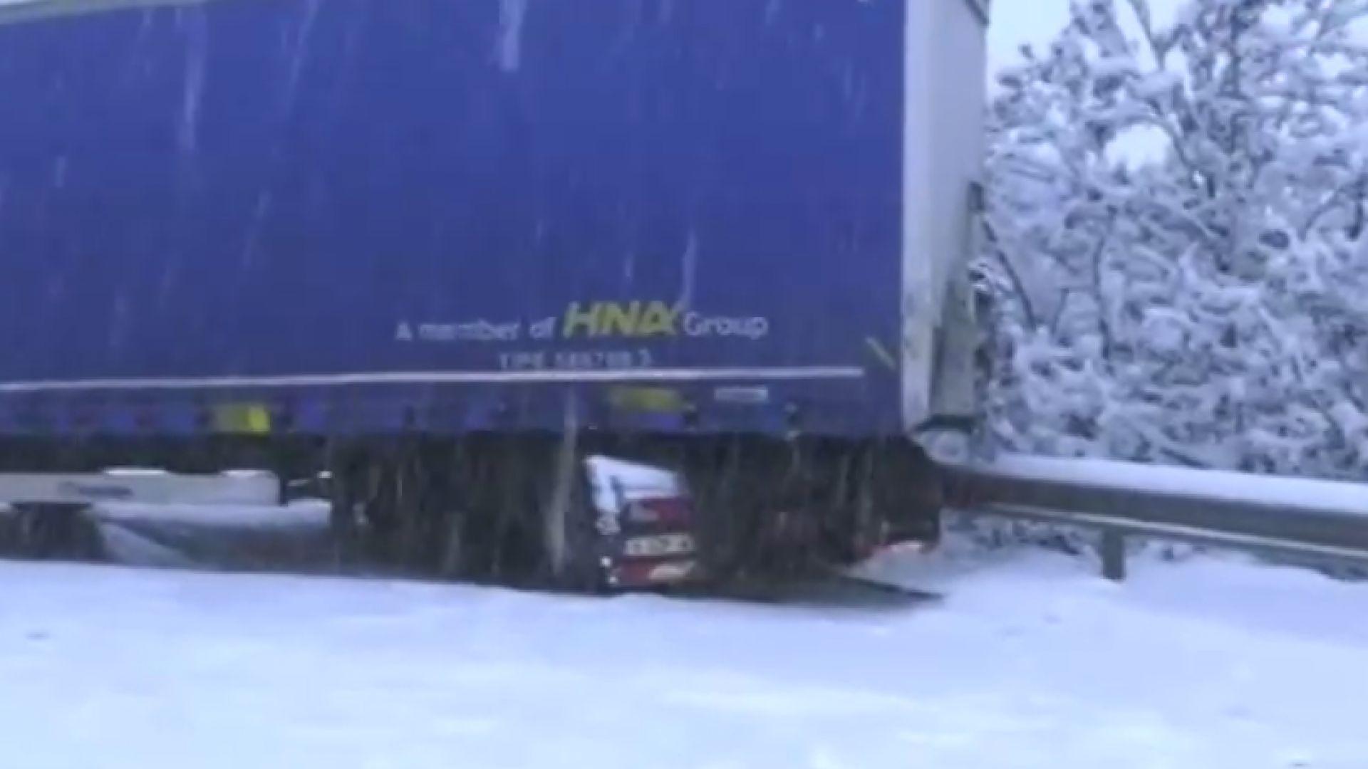 ТИР се обърна край снежна Монтана и затвори Е-79