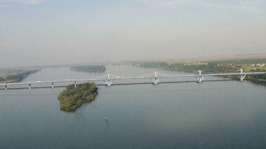 Задържаха мъж, опитал да мине Дунав мост 2 с дете в багажника