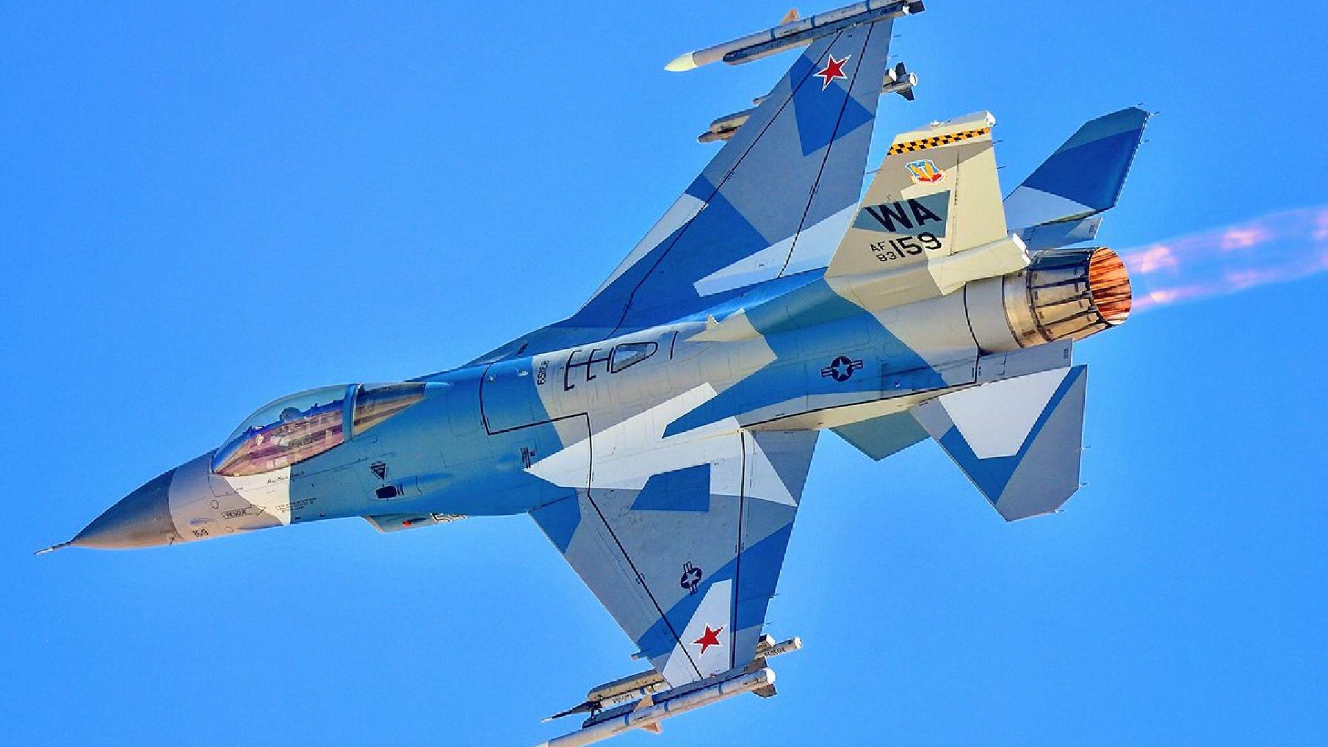 Защо САЩ има бойни самолети с червени петолъчки