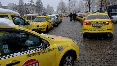 """Таксита """"превзеха"""" площада пред  """"Александър Невски"""""""