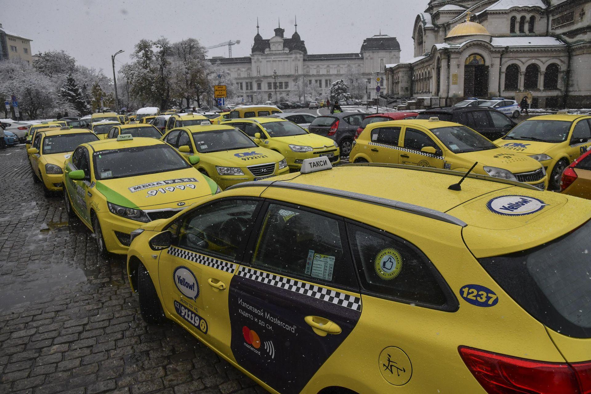 Таксиметрови шофьори излязоха на протест в София. Недоволството им основно е срещу неактуализираните с години минимални и максимални тарифи за превоз