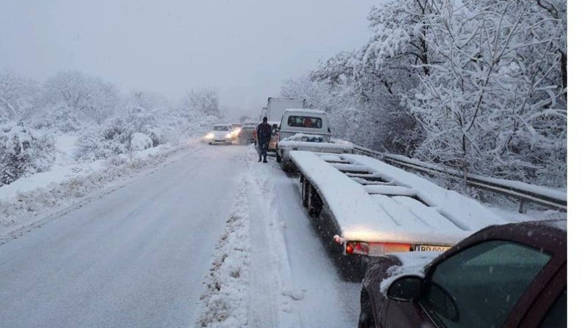 Хаос, катастрофи и аварирали ТИР-ове заради снега (видео)