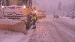 Обилен сняг затвори временно пътя Сливница-Калотина