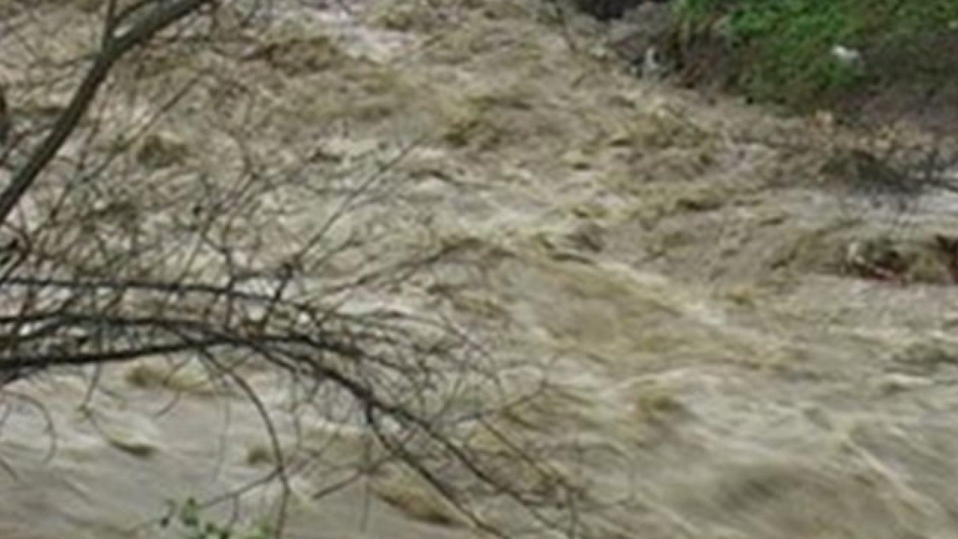 Река Велека преля и затвори пътя Ахтопол-Синеморец