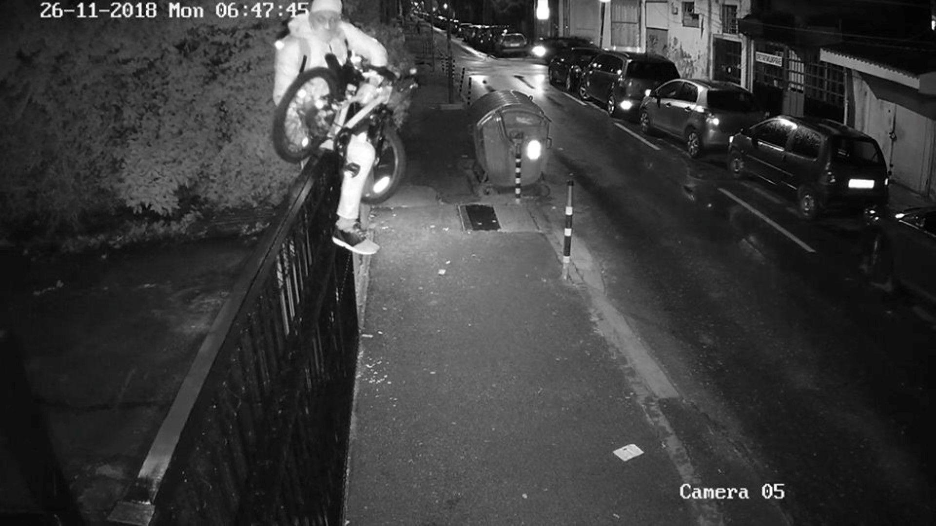 Крадец прескочи ограда, за да задигне колелото на дете (снимки)