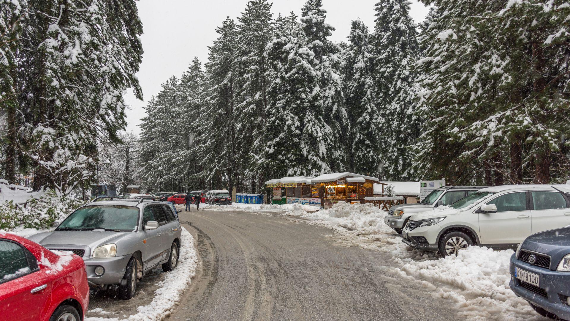 Ветрове, дъжд и сняг парализираха транспорта в Гърция