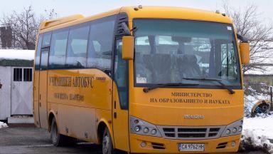 Училищен автобус се разпадна в движение, изхвърчаха му гумите