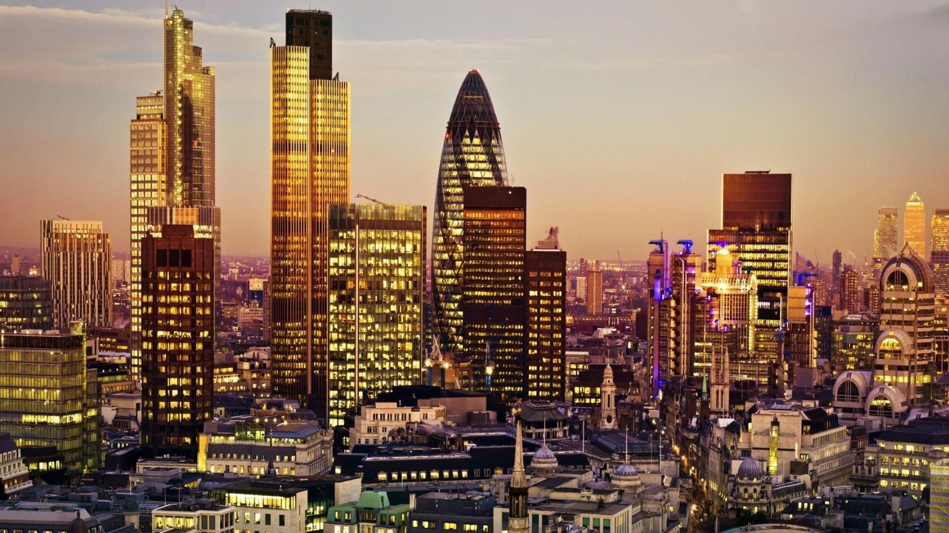 Банките в Лондон искат да сложат край на офисната пауза с примамки