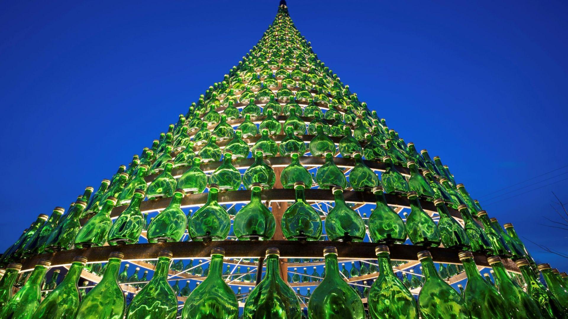 Направиха коледна елха от 1099 бутилки вино