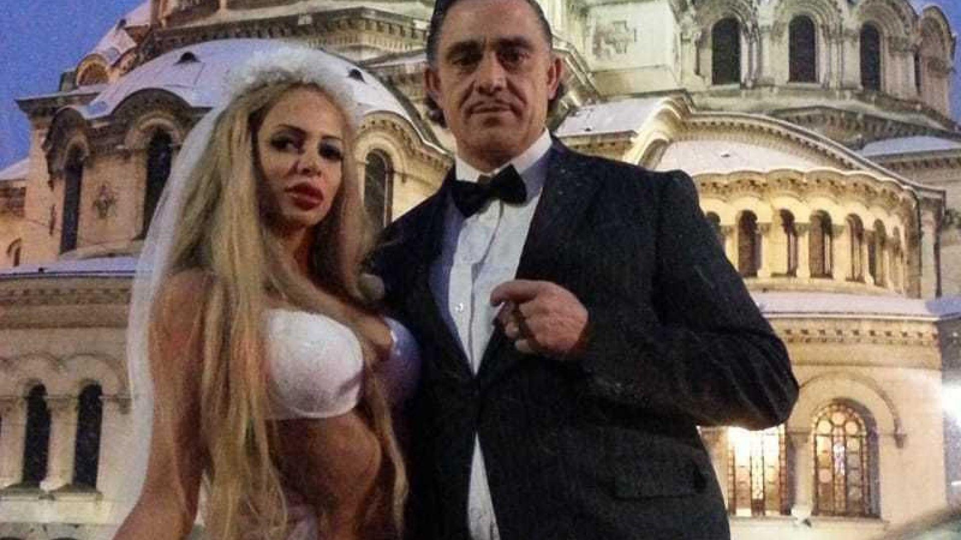 """""""Мис Плеймейт"""" 2018 се съблече по бельо пред """"Александър Невски"""""""