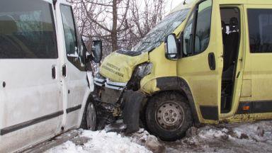 Дрифт с летни гуми довел до катастрофата с училищния автобус