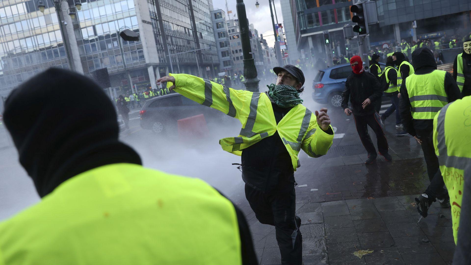 """""""Жълти жилетки"""" биха журналистки, Макрон се закани със строги мерки"""