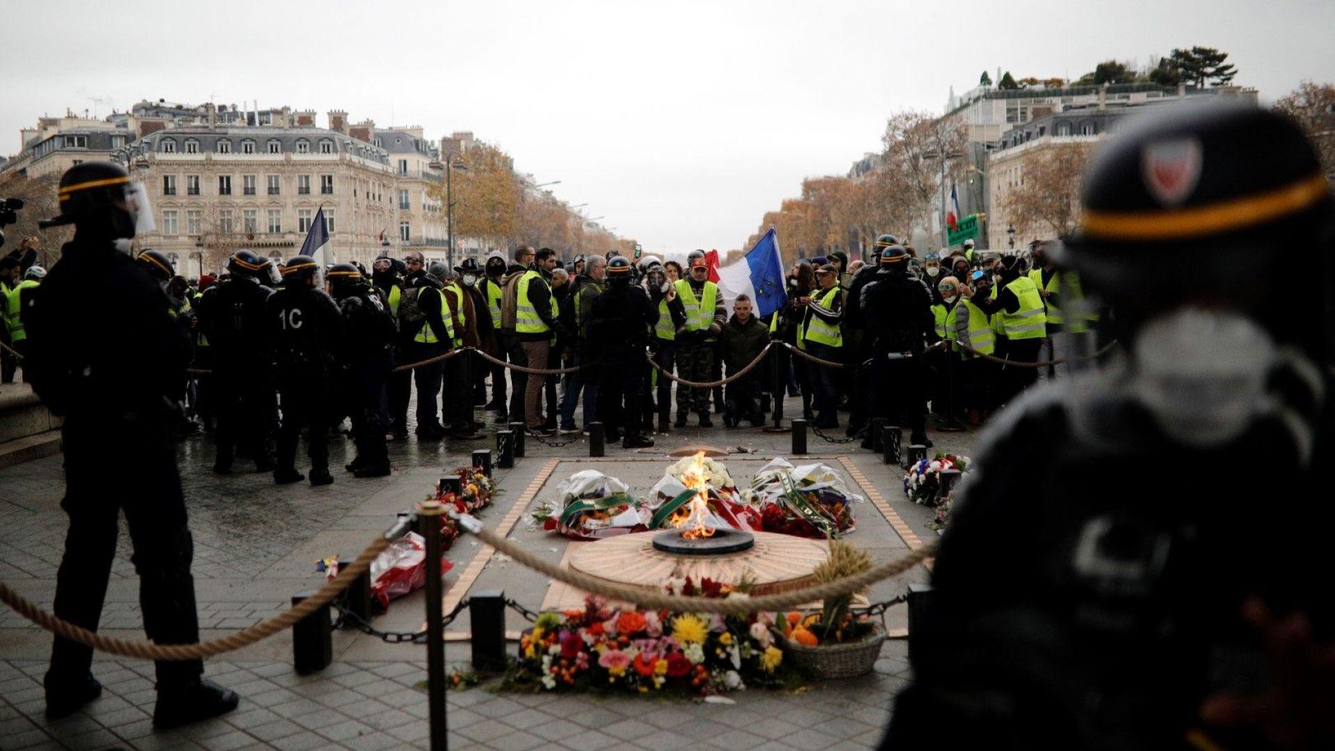 """Полицията използва газ срещу протестиращи """"жълти жилетки"""""""