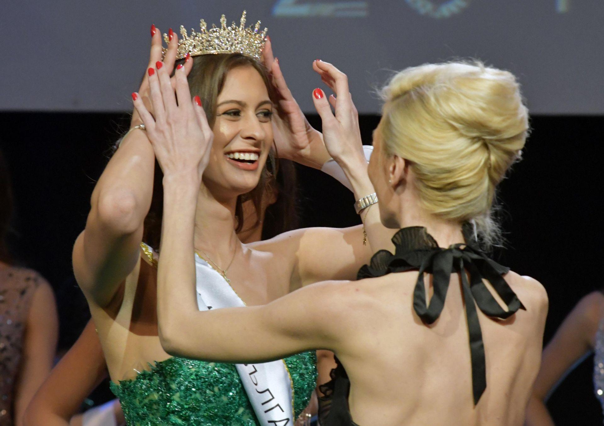 """""""Мис България"""" 1999 Елена Ангелова връчва короната за трето място"""