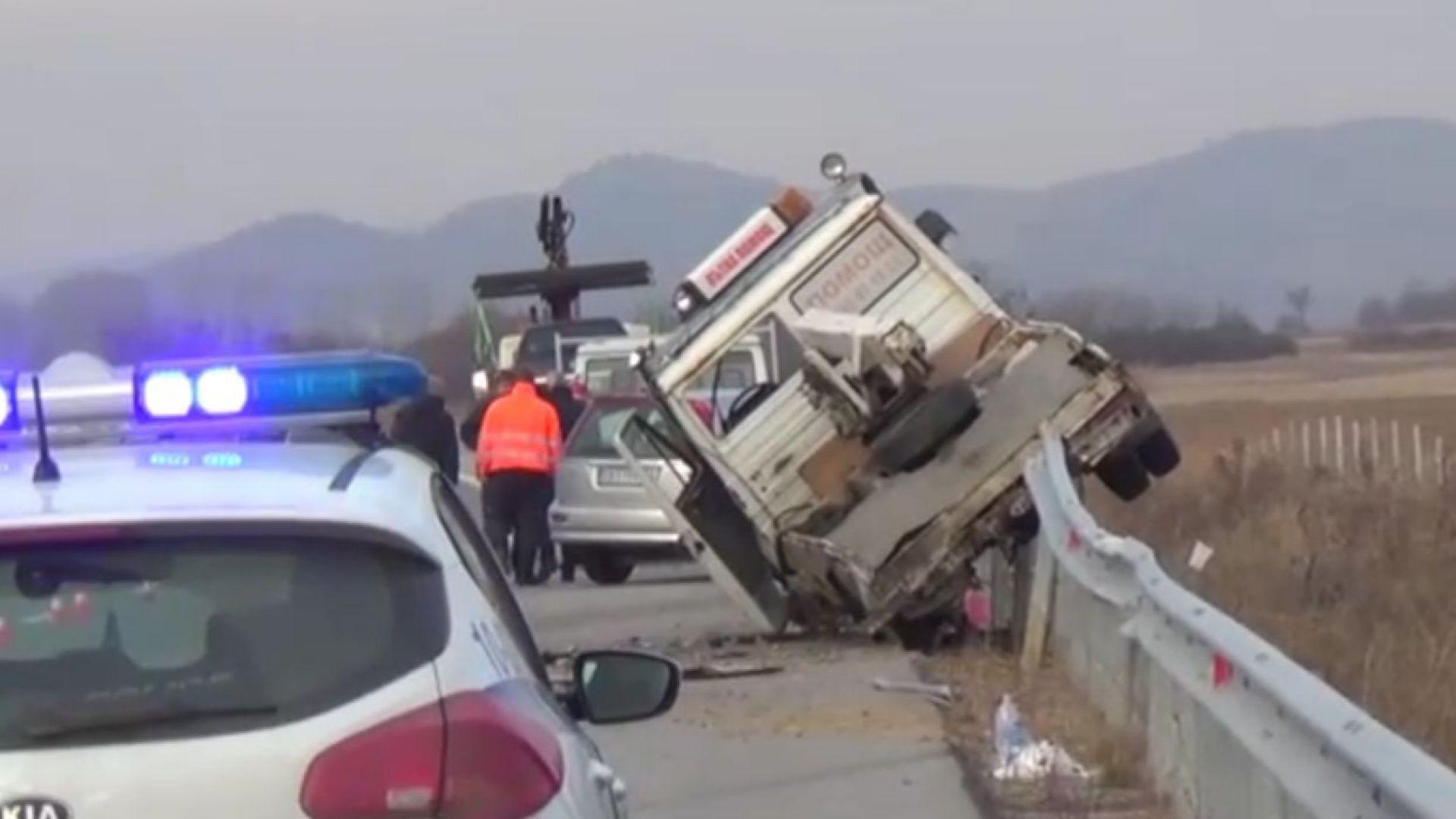 """Кола изхвърли """"Пътна помощ"""" на мантинелата на магистрала """"Струма"""""""