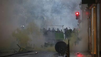 Арести и бой при протестите в Париж, откраднат е автомат от полицейска кола