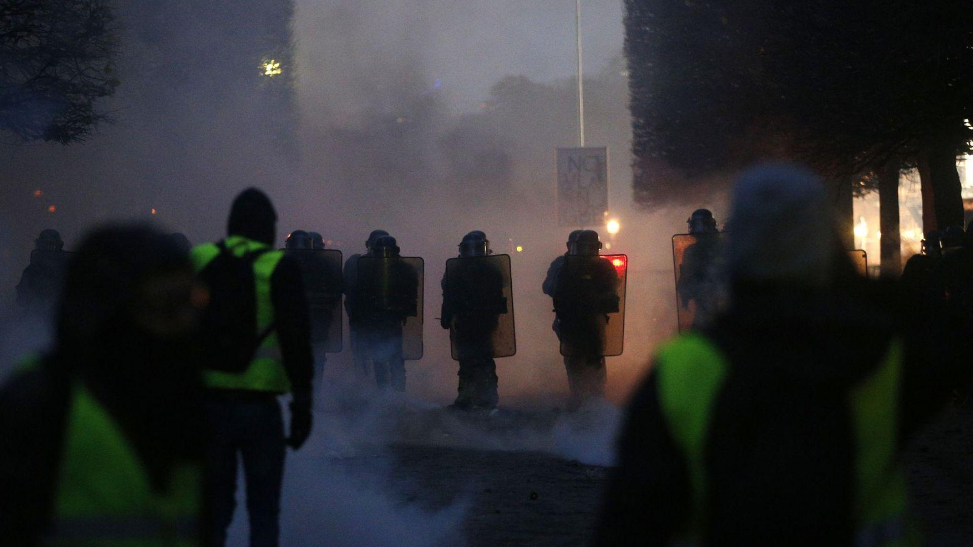 Сграда близо до Триумфалната арка бе подпалена по време на протестите