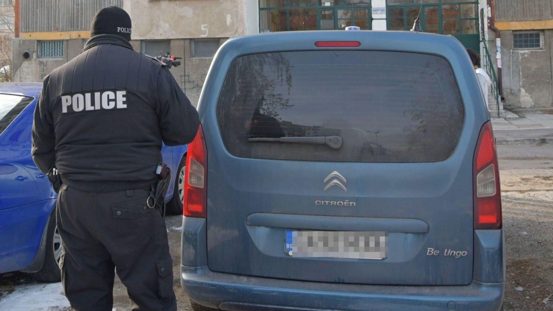 Задържаха дрогирания мъж, който се барикадира в дома си в София