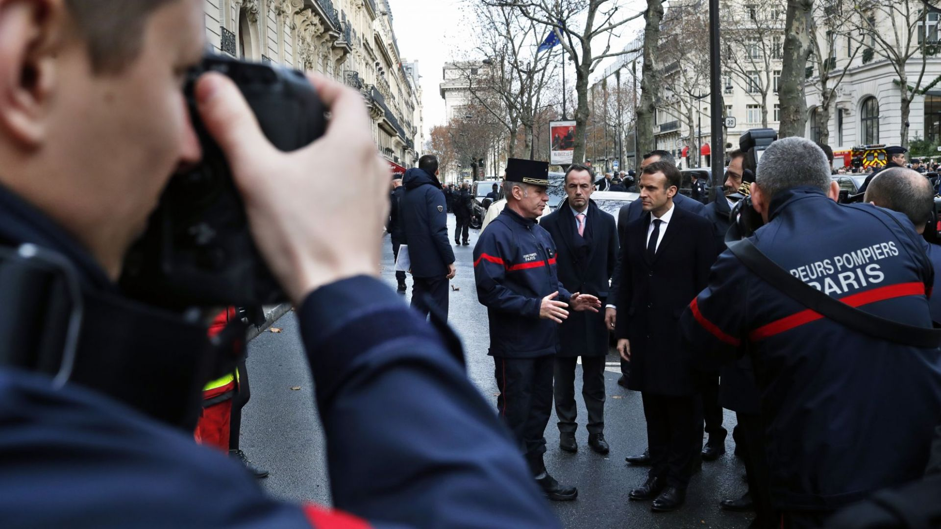 Макрон огледа щетите от безредиците в Париж, разбит е символ на Франция