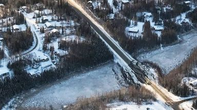 Времето в Аляска пречи на отстраняването на последиците от земетресението