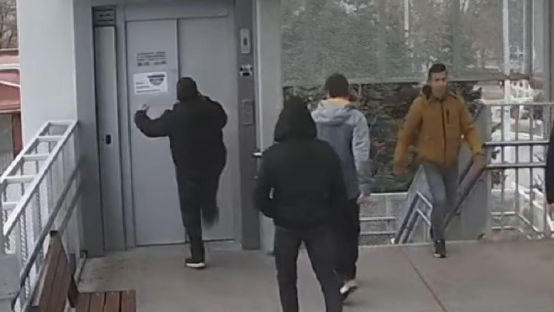 Тийнейджъри чупят асансьор на надлез в Бургас (видео)