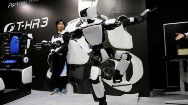 Робот повтаря точно действията на човека