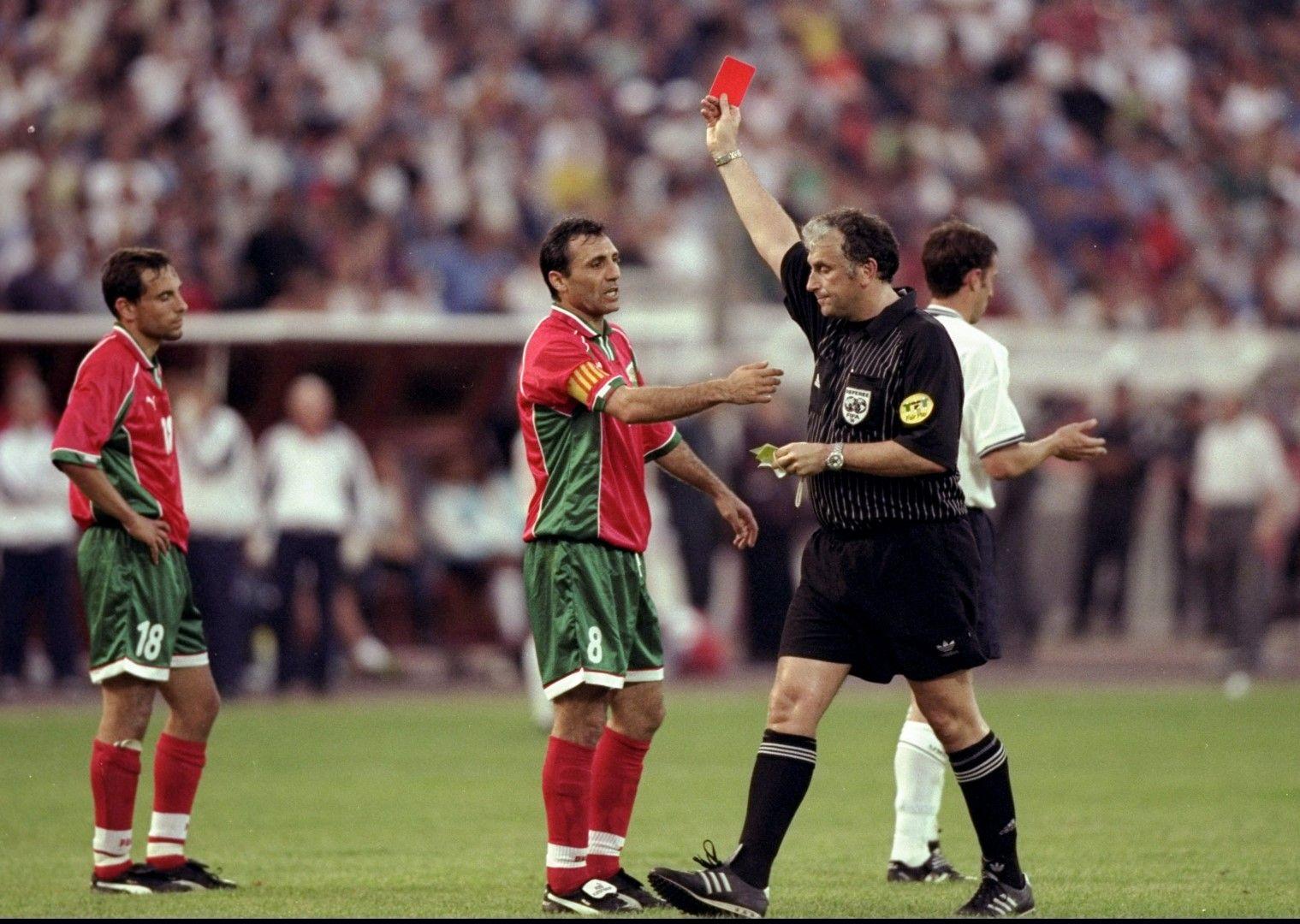 1999 г., 1:1 в София - последният мач на Христо Стоичков за България. Камата опитва да защити Мартин Петров, който е изгонен в дебюта си за първия тим