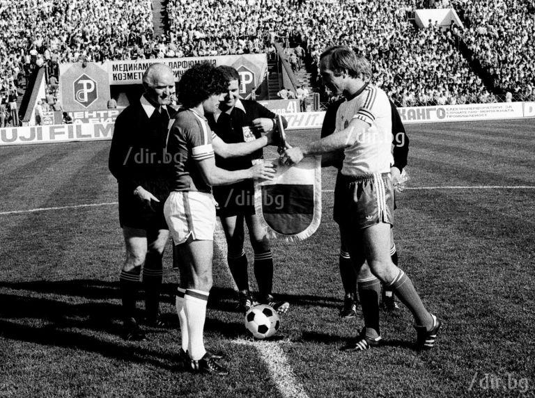 Капитаните Кевин Кийгън и Кирил Ивков преди старта на евроквалификацията в София от 1979-а. Разбиват ни с 3:0, Кийгън вкарва единия гол.