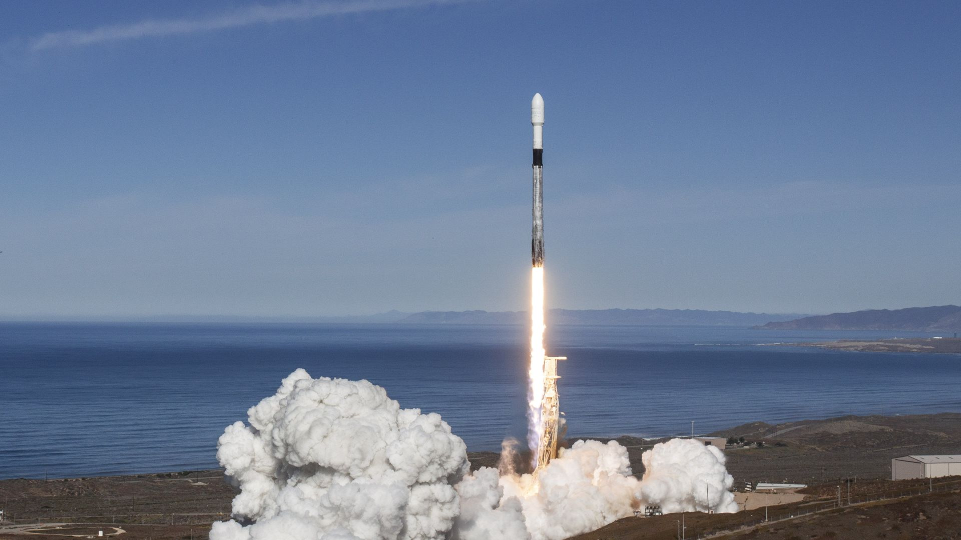 SpaceX изведе в околоземна орбита 64 мини спътника