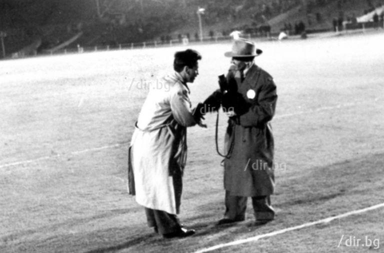 """Румен Григоров, кинорежисьор с над 200 документални филма и Борис Шарланджиев, кинооператор, на терена на """"Уембли"""" след мача от 1956 г."""
