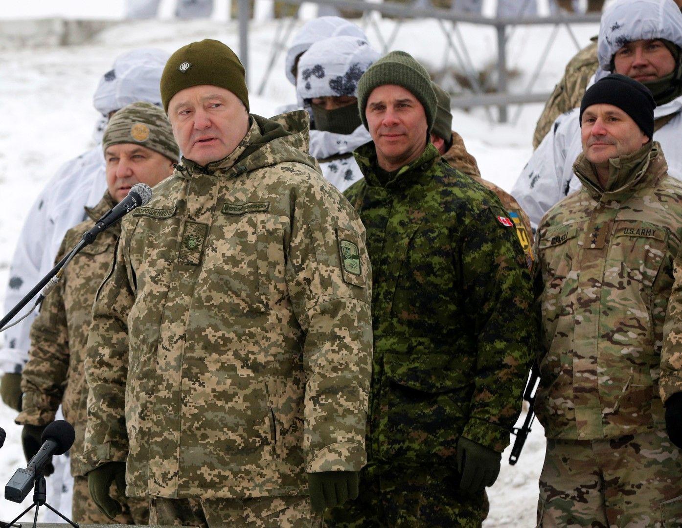 Украинският президент Петро Порошенко (втори вляво) участва във военното учение с американци и канадци на 3 декември