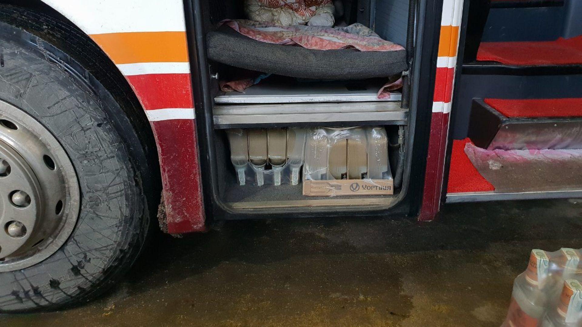 911 бутилки водка, укрити в автобус, задържаха в района на Дунав мост