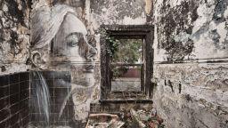Уличен художник рисува красавици на стени, които всеки момент ще рухнат