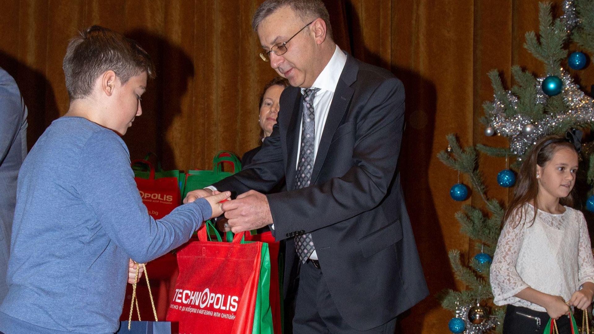 Деветдесет и четири деца на загинали и пострадали  полицаи ще получат подаръци от Технополис и Практикер