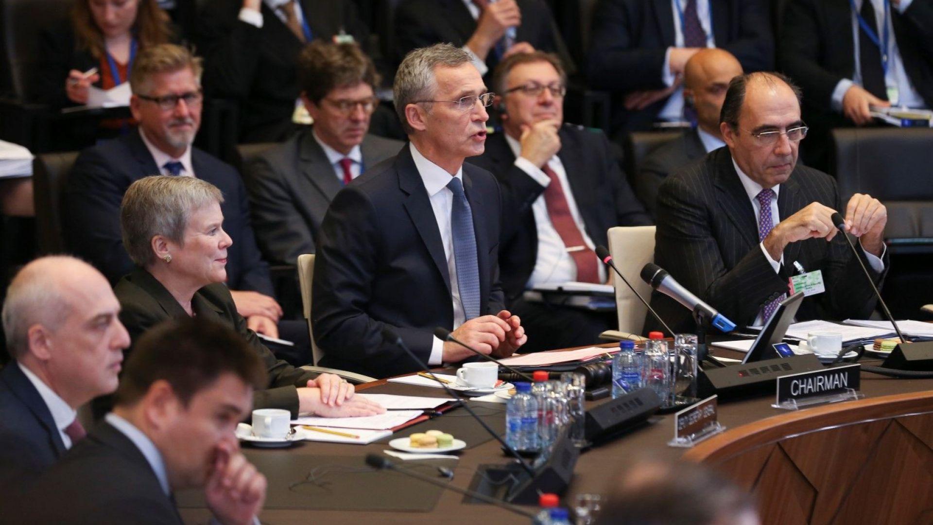 НАТО: Русия да пусне в Азовско море и военните кораби на Украйна