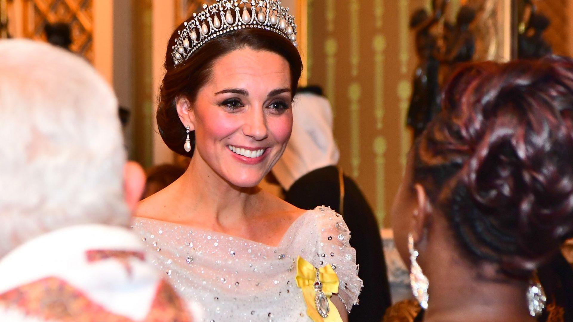 Кейт зашеметяваща в бяло на прием в Бъкингамския дворец